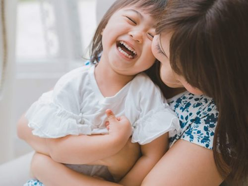 笑い合う親子